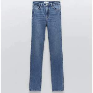 Säljer dessa snygga jeans från zara i strl xs. Är jättesnygga och använda ett fåtal gånger🥰 Köparen står för frakten!