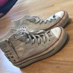 Små smutsiga vita Converse med platå. Kan skickas!