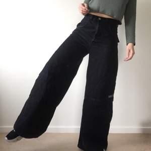 Fantastiska vida jeans, har fått lägga upp dom eftersom dom är lite skadade nedtill. Kan skicka bilder på det vid intresse. 80cm i midja