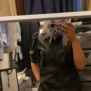 Jätte fin skin skjorta som är jätte trendigt. Passar till allt. Kan användas både som skjorta eller som en jacka.