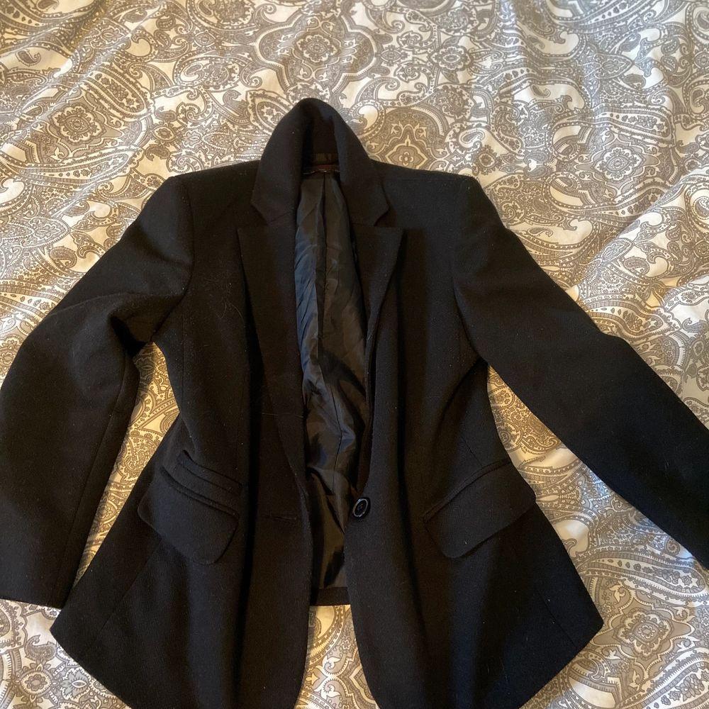 Säljer denna exklusiva svarta kavaj eftersom att jag inte fått användning för den, dock är den i bra skick och i ett tjockt hållbart material❤️ Köpare står för frakt!. Kostymer.