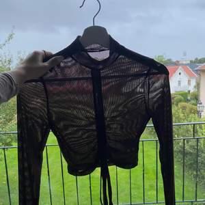 Brun meshad tröja, går att få den längre/kortare då man kan knyta! Aldrig använd