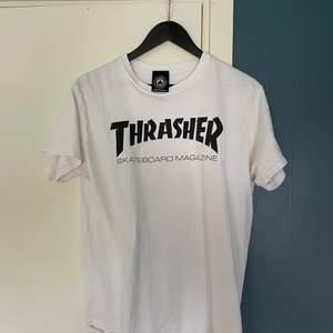 Väldigt lite använd Thrasher t-shirt i storlek M! Helt fräsch, inga svettfläckar trots att tröjan är vit! Hör gärna av dig!
