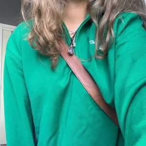 Lägger ut igen pga en köpare hoppade av. Det är en overzised grön pike tröja från soc köpt secondhand. Aldrig använd men jag dock en fläck vid armhålan som knappt syns när man har den på sig. Köparen står för frakt 66kr🥰 står xxl men den är inte överdrivet stor men stor