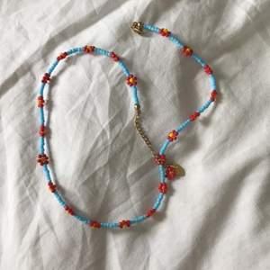 Trendigt halsband från et toi, perfekt till sommaren!! Köparen står för frakt🤍🤍
