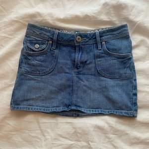 Säljer denna fina jeans-minikjolen! Köpt på plick, men passade inte mig. Den är i superfint skick och ger mycket 2000s vibes! Midjemåttet är 35cm och längden är 27cm. Bara att kontakta för fler frågor💖
