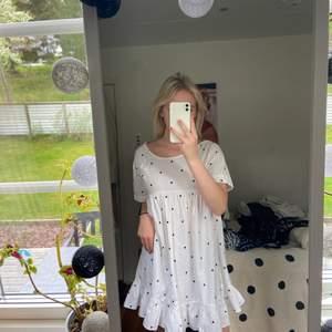 !!Intresse koll!! Så denna fina klänning men så fina detaljer. Lägger ut för att se hur mycket ja kan få för den, inte hundra på att ja vill sälja 😊