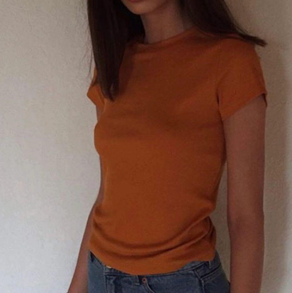En super fin orange topp från monki i super skön matrial. Använd fåtal gånger i storlek xs. T-shirts.