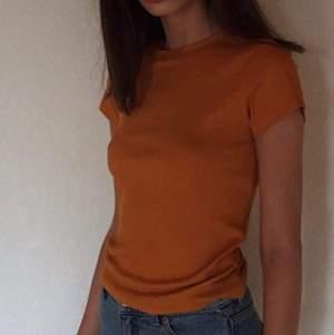 En super fin orange topp från monki i super skön matrial. Använd fåtal gånger i storlek xs