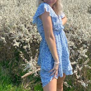Sommar blå klänning i storlek S, sitter super fint 😊