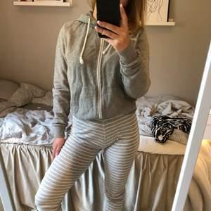 Basic grå hoodie som alltid behövs i garderoben!