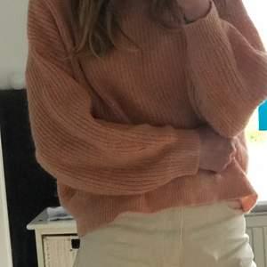 Stickad tröja, storlek Medium. Enkel att matcha, knappt använd. Köparen står för frakt