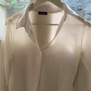Jättefin vit/transparent skjorta från bohoo, i bra skick.