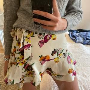 Säljer nu denna jättefina somriga blommiga kjol från zara. Köparen står för frakt. Hör av er för fler bilder eller frågor.