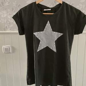 Grön T-shirt med stjärna på. Storlek M.