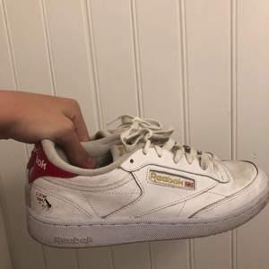 Coola reebok skor med fin detalj❤️köpta från zalando!! Buda från 400💕
