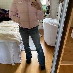 Rosa cool fila jacka. Lite kortare i modellen.