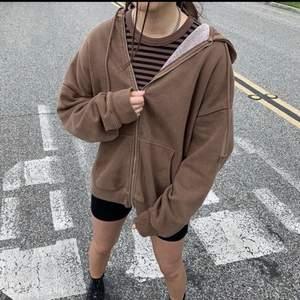 supersöt, populär, brun christy hoodie ifrån brandy melville. den är i bra skick och säljs på hemsidan för 450kr.