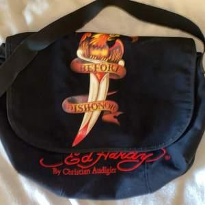 Rare ed Hardy väska som köptes här på Plick! Kommer aldrig till användning tyvärr men den är verkligen så snygg! Perfekt att ha dator och böcker i🥰🙌🏼