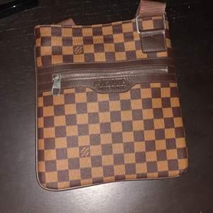 Fake väska så fråga inte om kvitto eller liknande, relativt stor och användbar.