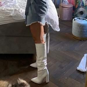 (Inte mina bilder) Super snygga vita boots med klack, dessa har aldrig kommit till användning så därför jag säljer dom