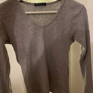 Jätte skön tröja med bra kvalite. Använd 2 gånger. Passar stoelek XS/S men jag är mer åt M och kan också ha den. Frakten ingår ej i priset!❤️