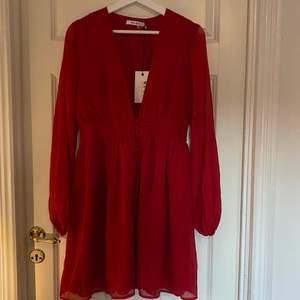 Helt oanvänd klänning från Nakd. Prislapp kvar, köpt på en outlet. Så härlig färg men passar tyvärr inte mig 🤍