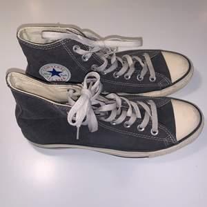Jättefina gråa converse i storlek 41! Skorna är i bra sick 👌🏼💓 köpte i Usa, där av väldigt unika! 150kr plus frakt 📦
