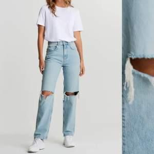 Säljer dessa trendiga 90s jeans som är endast använd vid ett tillfälle!🧡