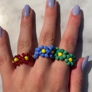 Säljer trendiga ringar med mönster av blommor! Det går att välja mellan lite olika färger, om man vill ha strechig eller inte, hur stor den ska vara och vilka pärlor den ska bestå av! (den typen av ring på sista bilden går ej att få strechig) Kontakta/ kommentera om du är intresserad, för mer info! Pris: 13kr/st + frakt (frakten kan variera beroende på hur många man köper)