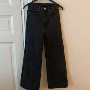 """🌸Vida jeans från Weekday i modellen """"Ace""""🌸 storlek 25/30. Bild 3 är bild från weekdays hemsida på jeans i samma modell som de jag säljer men i en annan färg.(så man kan se hur Jensen sitter på en person) Jag är 169 cm och på mig är de för korta, därför säljer jag de. Då det är en bit kvar från jeansens slut till marken. Skriv för mått osv. Jeansen är använda flera gånger men har inget tecken på användning! De är även nytvättade. Fraktkostnaden betalar köparen.  PS jag säljer samma modell av jeans i samma storlek i fler färger i min profil💖💖💖💖 om flera är intresserade blir det budgivning!!"""