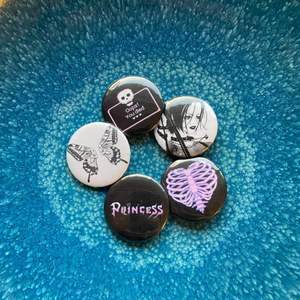 Supersnygga pins, 10:-/st, vi gör även custom made pins för 20:-/st, bara att höra av sig till oss 💙✨ Frakt alltid 12:-