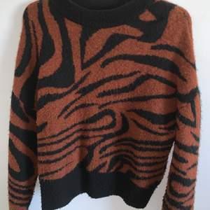 SNYGG zebra tröja från newyorker! Kommer inte till användning längre därav säljer jag den!!