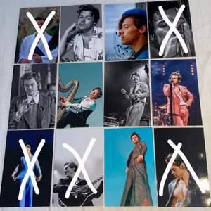 Harry Styles foton som är 15x10 cm stora. Fotona är styva glansiga och alltså inget vanligt papper. 10kr st🕺🏻👑✨