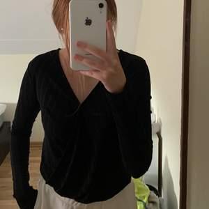 En super snygg u ringad tröja från Gina. Man kan själv välja hur stor u ringningen ska vara. Man kan klä upp den super snyggt eller så kan man bara ha den hemma eftersom den är så bekväm.