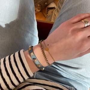 Valentino rockstud armband, använt en del så lite slitet men ändå väldigt fräscht. Nitarna är i någon slags blandning av guld o silver så passar snyggt med både silver o guldsmycken! Fråga om ni undrar något eller vill ha fler bilder💕bud 900, avslutas tis 20/4!!!