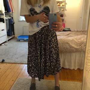 Säljer en jättefin somrig kjol från Gina tricot, kjolen är i jättebra skick. Hör av er om ni har frågor eller fler bilder