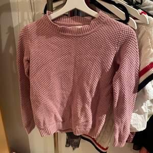 Stickaf tröja i en gammelrosa färg, är tyvärr för liten för mig och säljer därför😊 Köpt i danmark och är strl xs