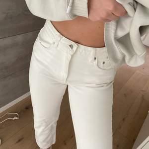 Vita jeans som passar en storlek S. Lite små fläckar men inget som syns så tydligt. Slutar vid ankeln typ (kortare modell). Frakt 66kr spårbart