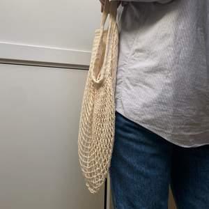 Säljer min söta nätväska från Arket. Så somrig och perfekt att ha när en går och handlar. Superskick! Köparen står för frakt.🌟