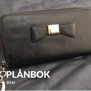 En plånbok som jag inte använder. Lite sliten (se bild 2,3). Frakt tillkommer