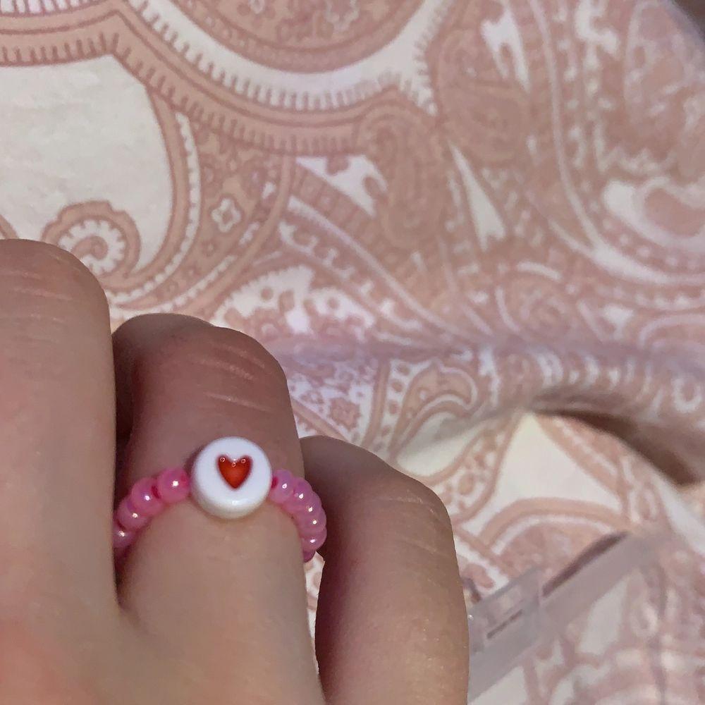 Jättefin pärlring med hjärta på! Man kan också ha hela ringen i hjärtan! Frakt tillkommer på 12kr💕💕. Accessoarer.