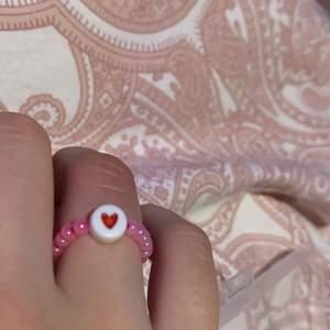 Jättefin pärlring med hjärta på! Man kan också ha hela ringen i hjärtan! Frakt tillkommer på 12kr💕💕