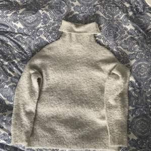 En jättefin grå stickad polotröja, väldigt skönt material, från nelly, sällan använd. (återkommer med fraktpriset när den ska skickas)💓
