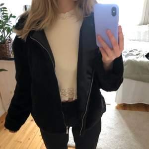 Jättemysig fuskpälsjacka från Zara! Jättefint skick, som ny!💕💕