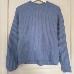 Säljer denna fina blåa tröja från HM❤️                         Jätteskönt material och superfin färg💙💙                   Basically nyskick, använd 1 gång<3                                 100kr+frakt