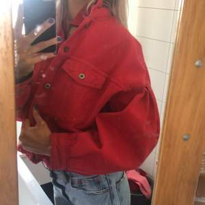Jättehärlig röd jeansjacka! Croppad modell med stora armar. Ashärlig till sommaren❤️❤️återkommer vad frakten är!!