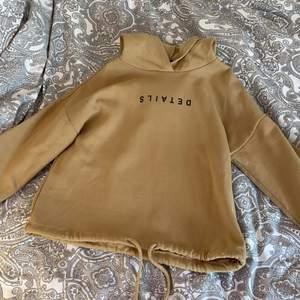 """Säljer en fin beige hoodie från ginatricot! Aldrig använd och har därför inte tvättas. Storlek Xs och är lite mörkare beige! Fin detalj ner till på hoodien. Text som är upp och ner där det står """"DETAILS"""" Köparen står för frakt🚚💕"""