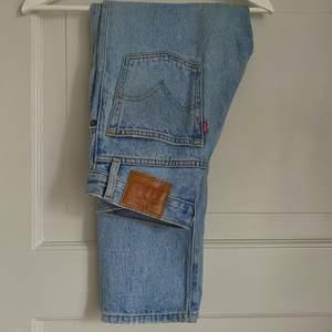 Säljer nu de populära 501 jeansen från Levis!💘 Pga att de är alldeles för små för mig tyvärr😩 Storlek 25. Köpte för 1099kr och säljer bara för 300!! Kan eventuellt mötas upp i Sthlm annars tillkommer fraktkostnad💕☺️