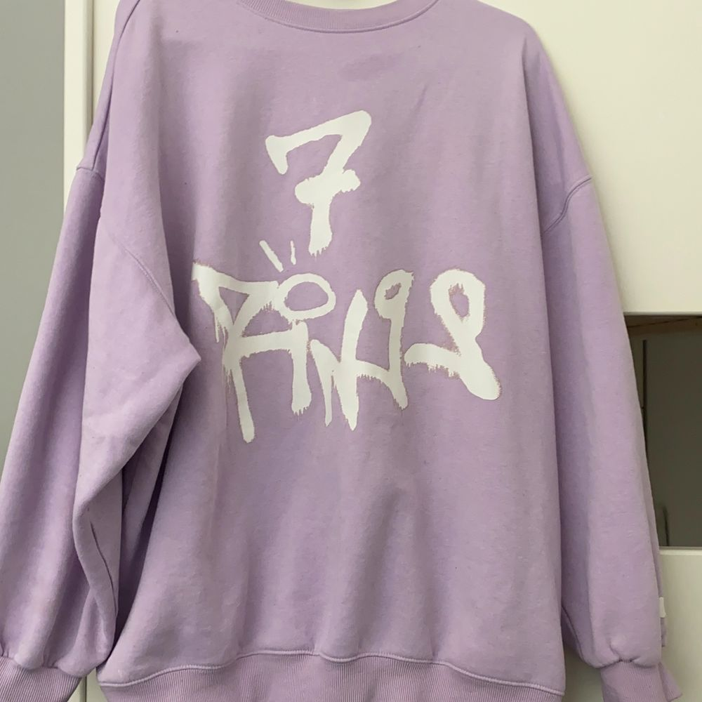 A purple sweater xL and it's really hard to find in stores that's an Ariana Grande Mursh from 2018 I did not were it a lot and it's kind of rare to find I I bought it for 500kr. Huvtröjor & Träningströjor.
